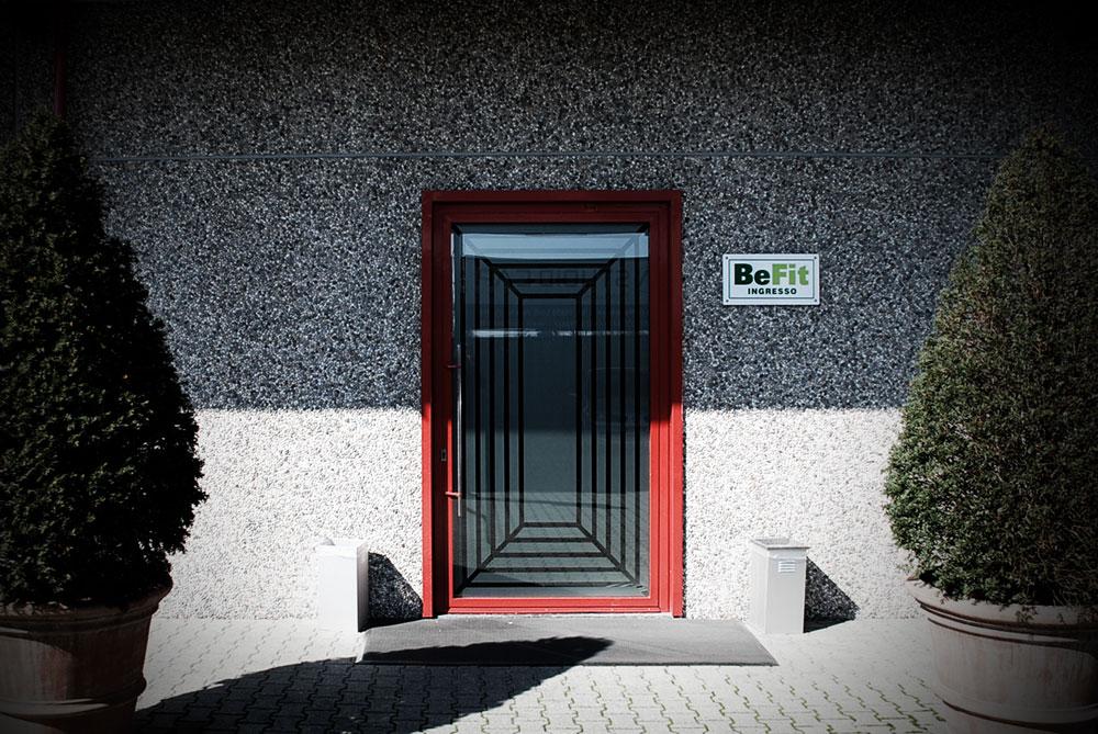 Porta ingresso, ferro laccato rosso. Vetro opalino, Rototraslante - Gori