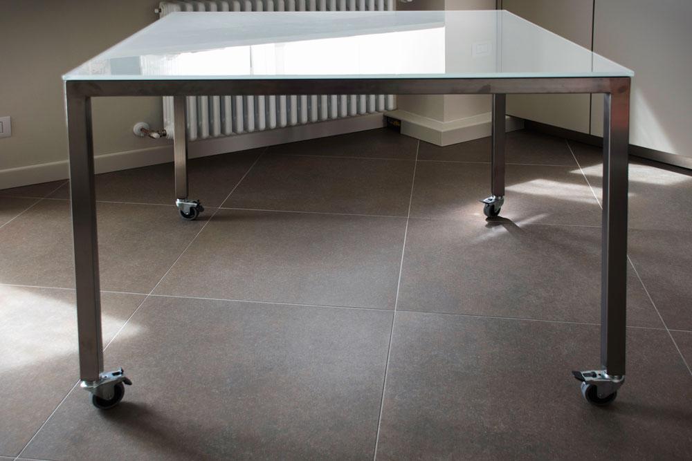 Tavolo in ferro e cristallo con rotelle - Gori